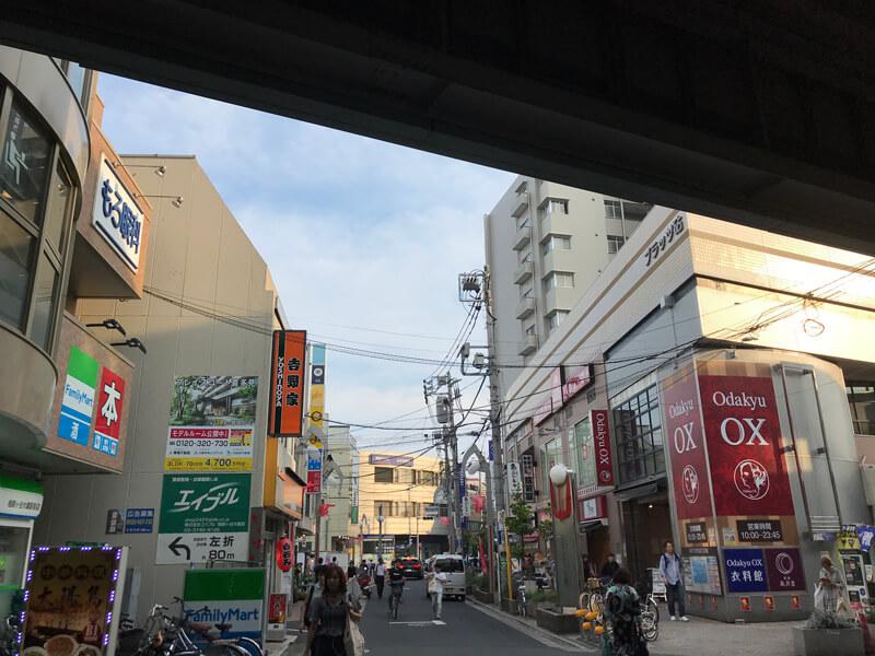 odakyu OX と 吉野家に挟まれた道を直進してください